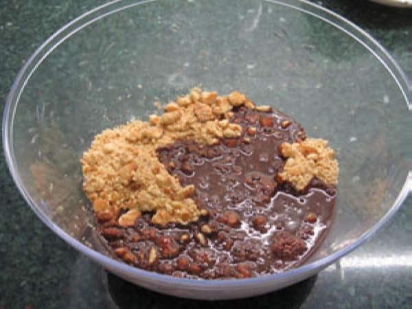 Шаг 3. Соединить печенье и шоколадную смесь