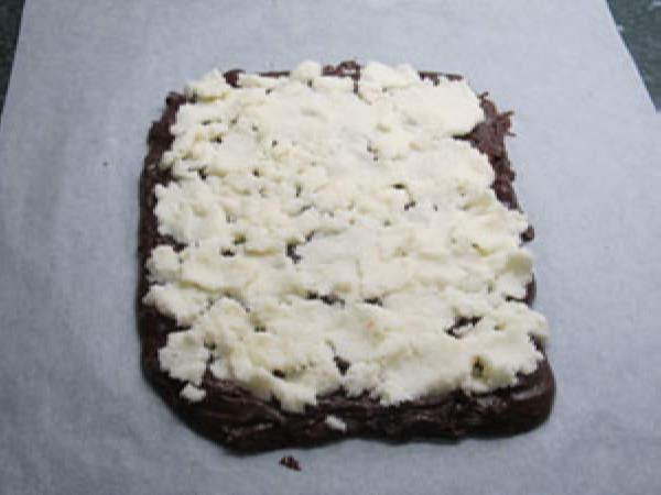 Шаг 6. Выложить кокосовую слой