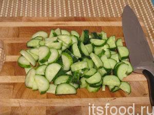 Итак, запоминайте, как приготовить греческий салат с фетаксой и маслинами: нарезать огурцы,