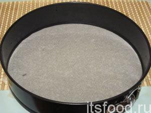 Как готовить шарлотку? - Очень просто: форму для выпечки застелить пекарской бумагой.