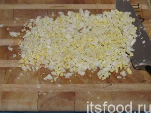 Яйца мелко нарезать.