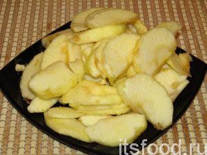 Яблоки почистить от кожуры. Нарезать дольками.