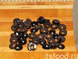 маслины нарезать кольцами,