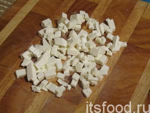 сыр фетакса порезать кубиками.