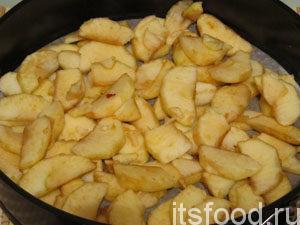 Яблоки выложить в форму.