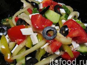 Все соединить. Посолить. Заправить подсолнечным маслом или, как настоящие греки, оливковым. Перемешать и подавать на стол готовый греческий салат с фетаксой и маслинами.