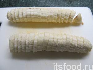 Бананы нарезать на ломтики.