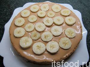 Разложить сверху кусочки бананов.