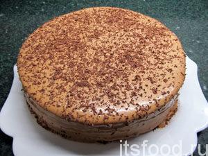 Готовый быстрый торт на скорую руку из готовых коржей украсить тертым шоколадом и поставить в холодильник на 3-4 часа.