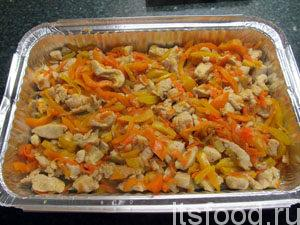Выложить половину овощей с мясом.