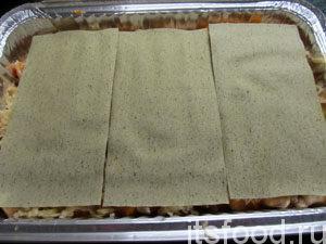 Выложить второй слой листов лазаньи.