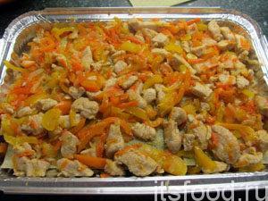 Выложить вторую половину овощей с мясом.