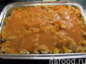 Выложить второй слой томатной пасты.