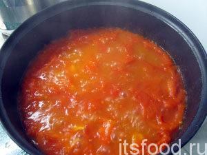 Затем влить воду, тушить густой соус к лазанье 10 минут.