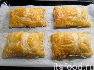 Выпекать в предварительно разогретой до 180 градусов духовке 30-40 минут, до появления золотистой корочки. Пирожки из слоеного теста с сыром готовы.