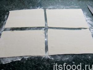 Разрежьте тесто на 4 равных прямоугольника.