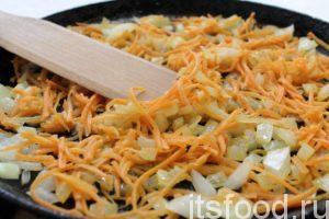 На раскаленной сковороде, прогреть в первую очередь растительное масло, обжарить 3-4 минуты луково-морковное ассорти - доводя овощи до размягчения.