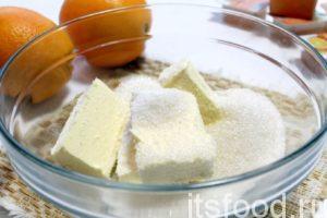Начинаем приготовление печенья с апельсиновой начинкой: сливочное масло растереть с солью, сахарным песком и ванильным сахаром.