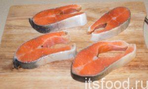 Итак, как правильно приготовить стейк из семги? Каждый кусочек полить растительным маслом. Посолить, поперчить. Руками хорошенечко втереть приправы в рыбу. Накрыть пищевой пленкой, оставить мариноваться на 15 минут.
