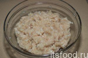В миске хорошо смешать фарш и рис.