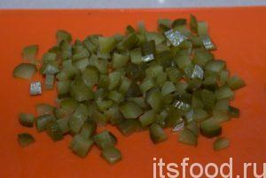 Огурцы нарезать кубиками, положить в салатник.