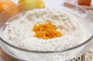 Добавить мелко натертую цедру апельсина/ов – замесить мягкое, пластичное тесто.