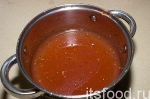 Далее как потушить фаршированные перцы? В кастрюлю налить 1,5 л. холодной воды. Добавить томатную пасту, соль, перец, лавровый лист. Все тщательно размешать, чтобы томатная паста  и соль  растворились в воде.