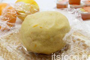 Сформировав шар, завернуть в пленку и убирать в холодильник на полчаса.