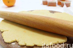 Охлажденное тесто с мраморными вкраплениями апельсиновой кожуры раскатать толщиной порядка 3-4 мм.