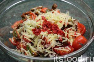 Посолите. Поперчите. Добавьте оливковой масло. Овощной салат с тунцом и перцем-чили готов.