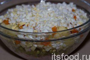 Посолить, поперчить, заправить майонезом. Разложите салат Оливье в порционные тарелочки. Можно кушать!