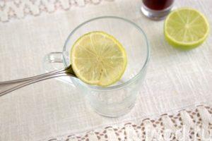 В стеклянную чашу вводим нарезанный тонкими пластинами лайм.