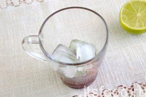 Добавляем лед. Если готовим малиновый мохито для малышей, исключаем этот компонент из рецепта.