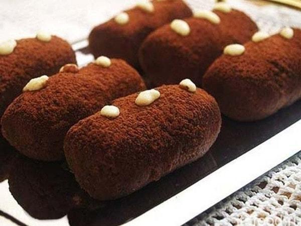 Пирожное «картошка» из печенья получило свое название за форму и размер, которые напоминают этот корнеплод.