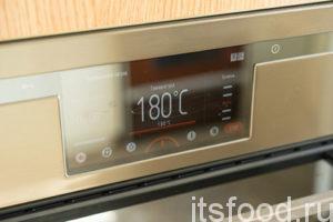 Перед началом приготовления теста важно помнить, что делается оно очень быстро, и поэтому в первую очередь нужно включить духовку на 180° и оставить разогреваться.