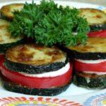 «Башенки» — жареные цуккини с чесночным соусом и помидорами
