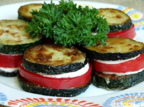 «Башенки» - жареные цуккини с чесночным соусом и помидорами