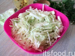 Нарежьте капусту соломкой.