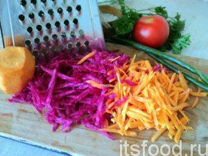 Свеклу и морковь натрите на средней терке в стружку.