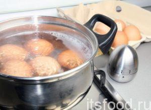 В это же время поставьте вариться яйца до крутого состояния. Через пять минут после закипания, залейте яйца ледяной водой, это ускорит процесс остывания и скорлупа легче отделится.