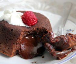 Горячее пирожное с жидкой начинкой