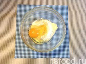 Выберите удобную пиалу или миску для подготовки теста (сладкого кляра). Всыпьте всю муку по рецепту, вбейте яйцо, добавьте 2 вида сахара, соду и соль.