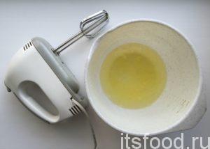 Для приготовления бисквита к чаю на скорую руку для персикового торта отделите белки от желтков.