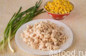 Куриное филе помойте и отварите с лавровым листочком. Опускайте мясо в кипящую воду, чтобы оно получилось сочным и ароматным. Охлажденное мясо порежьте кубиками. С кукурузы слейте жидкость.