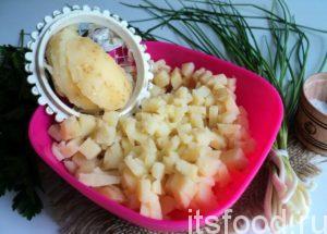Как приготовить окрошку на кефире, сыворотке и сметане? При помощи яйцерезки накрошите картофель средними кубиками.