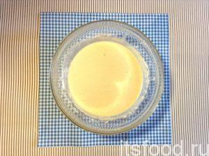 Влейте в пиалу молоко и взбейте все ручным миксером на второй скорости. Регулируйте порцию муки так, чтобы тесто получилось слегка вязким, иначе оно будет быстро стекать с фруктовых долек и расползаться по сковороде.