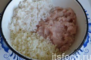 Отварить рис, но не до готовности. Для этого промытый рис залила водой, чтобы над рисом в кастрюле был слой воды на палец. Варила до тех пор, пока вся вода впиталась в рис. Рис следует несколько раз перемешать во время варки, чтобы он не пригорел. Через 7 минут вся вода впиталась в рис, и я переложила рис в миску, поставила в прохладное место остывать. Капусту мелко нарезала. Когда рис остыл, смешала рис, куриный фарш и нарезанную капусту. Добавила соль по вкусу.