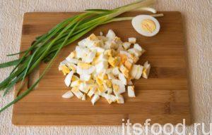 Яйца сварите вкрутую. Нарежьте кубиками.