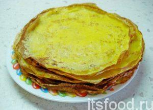 Жарить блины на достаточно раскаленной сковороде, не смазывая ее поверхность никаким жиром (кусочки сливочного масла в блинной смеси исполнят роль смазки).