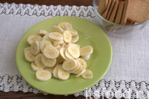 Шинкуем сладкие и спелые бананы небольшими кружочками. Стараемся выбирать только качественные тропические плоды.